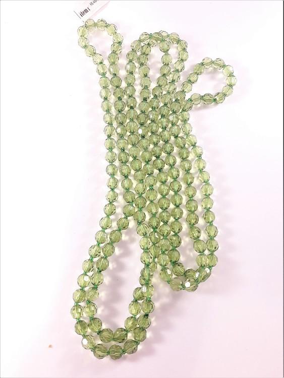 Långt halsband med plastpärlor i grönt