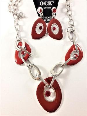 Silverfärgad halskedja med röda detaljer samt matchande örhängen