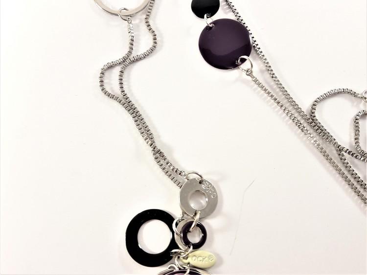 Halsband med detaljer i silverfärg och lila