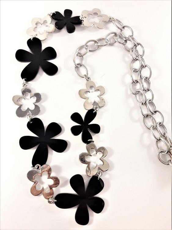 Långt halsband med länkar och stora blommor i silverfärg och svart