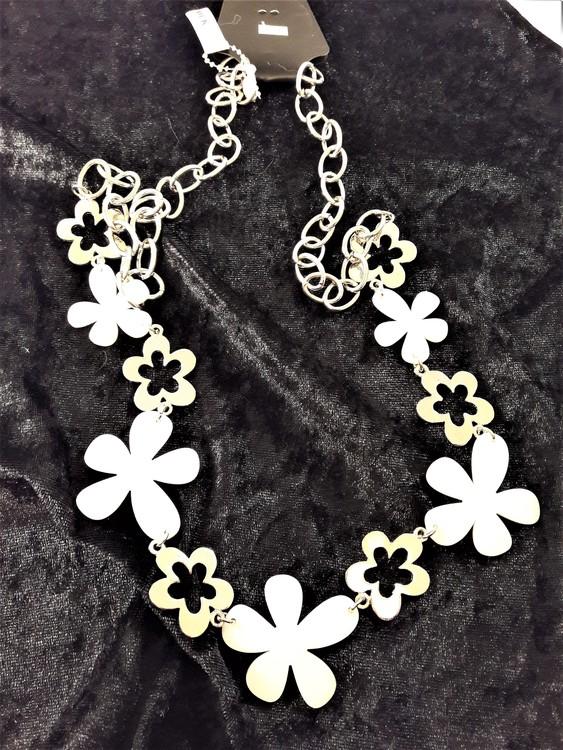 Långt halsband med länkar och stora blommor i silverfärg och vit
