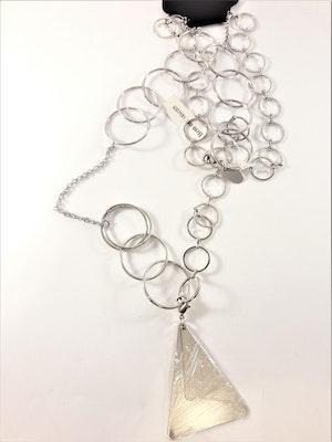 Halsband med stora ovaler och triangel som hänge i silverfärg