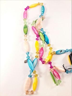 Långt halsband med många glada färger