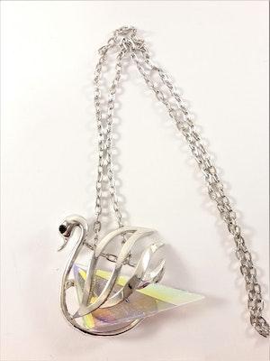 Halsband med glittrande svan som hänge i silverfärg