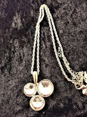 Halsband med glittrande treklöver i silverfärg