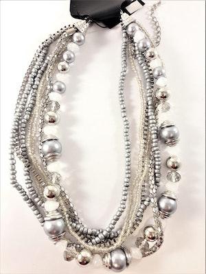 Kort flerradigt halsband med pärlor och kulor i silverfärg och grå
