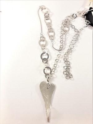 Halsband med ringar i olika storlekar och hjärta som hänge i silverfärg