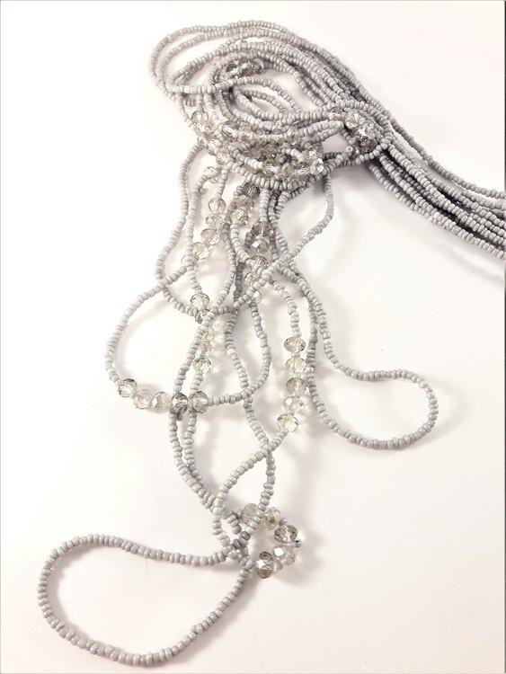 Långt flerradigt halsband med små kulor och detaljer i grått