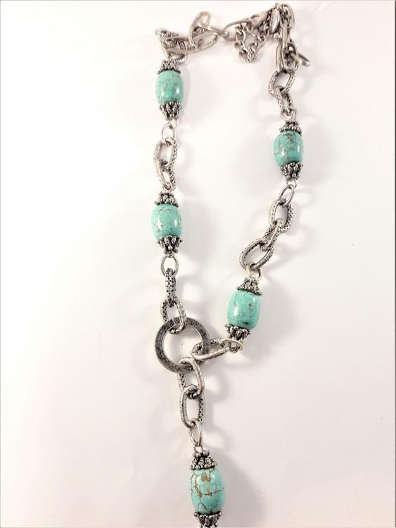 Halsband med melerade turkosa ovaler och i silverfärgade länkar