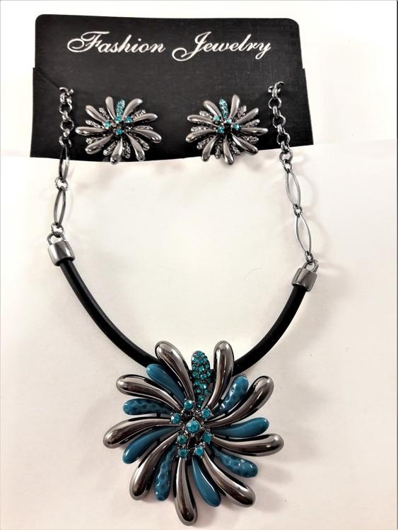 Dekorativt och vackert lyxhalsband och örhängen med vackra skimrande stenar i blått