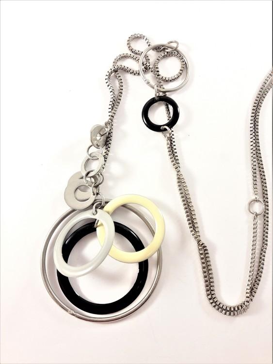 Halsband med detaljer i silverfärg och vit