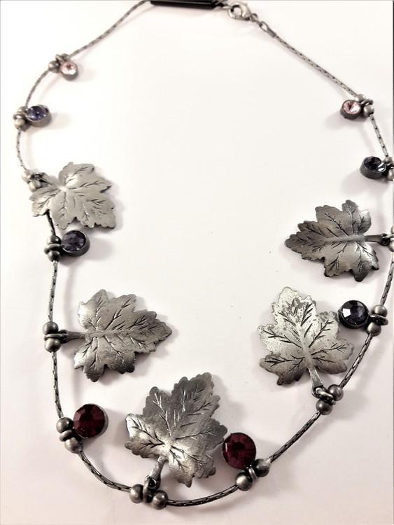 Halsband med löv i silverfärg och stenar i rött och vitt