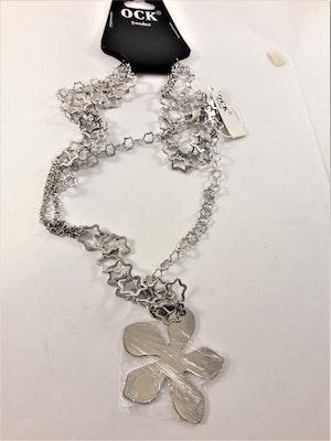 Halsband med stjärnor och blomma som hänge i silverfärg