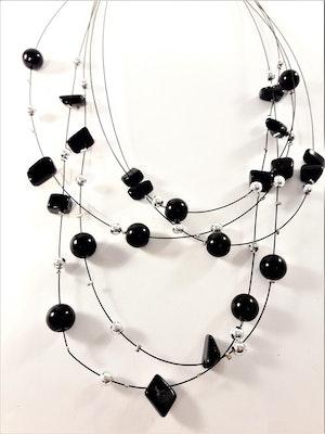 Flerradigt halsband med dekorationer i svart