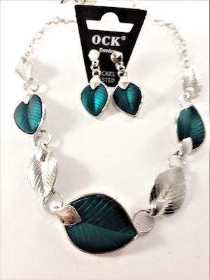 Silverfärgad halskedja med detaljer, löv i blågrönt och silverfärg och matchande örhänge
