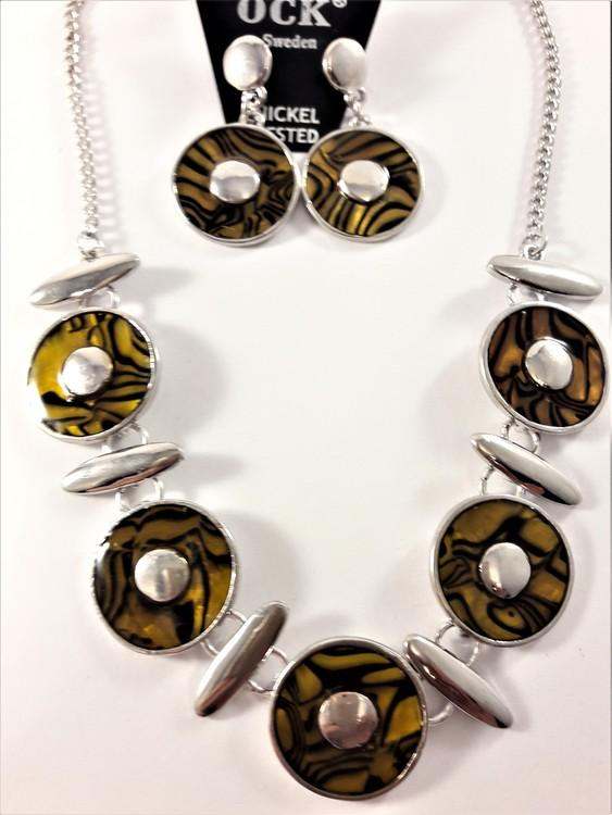 Halsband med bruna melerade ringar samt matchande örhängen