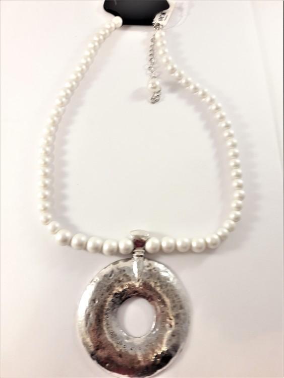 Halsband med vita pärlor och silverfärgat hänge hamrad metall