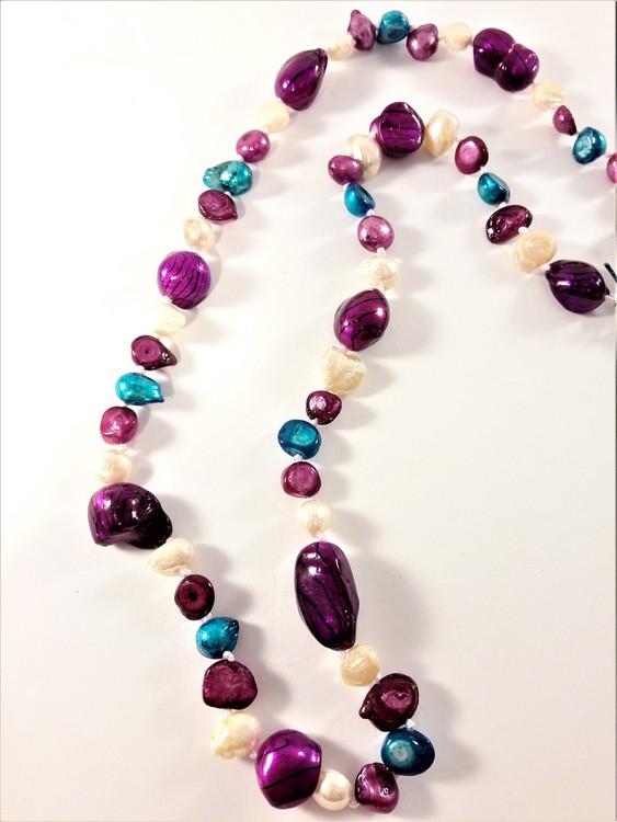 Halsband med pärlor i olika färger