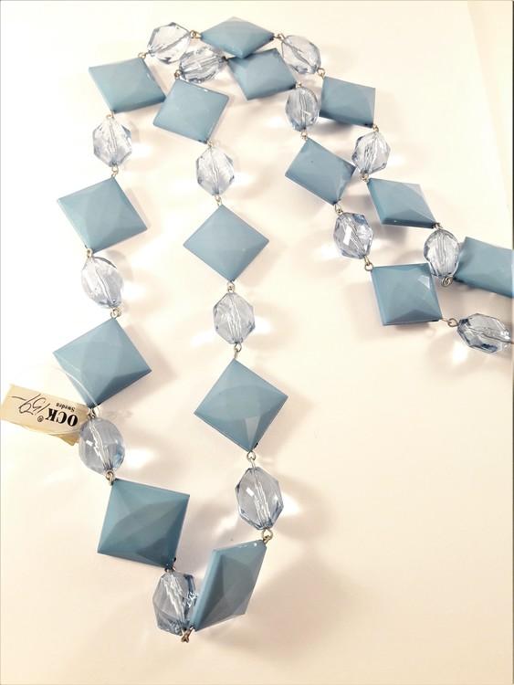 Halsband med kulor och fyrkanter i blått