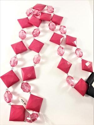 Halsband med kulor och fyrkanter i cerise