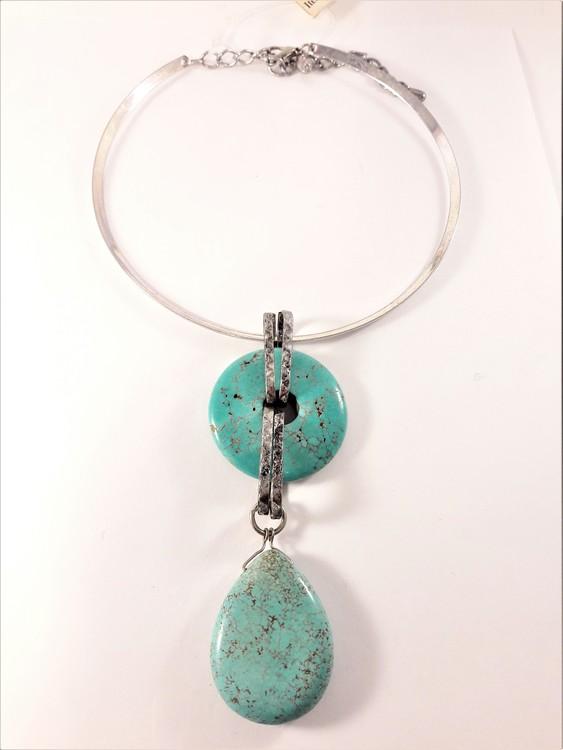 Stelt halsband med hänge av stenar i turkos