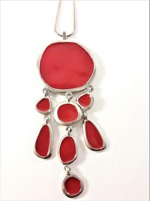 Halsband med hänge och detaljer i silverfärg och rött