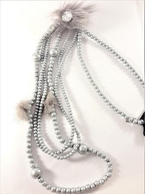 Långt flerradigt halsband med kulor i grått och detaljer i skinn