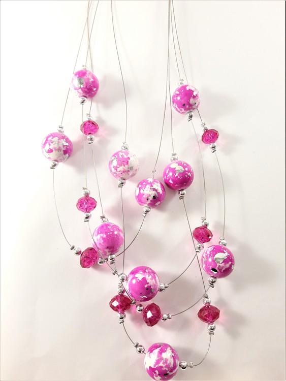 Flerradigt halsband med dekorationer i cerise