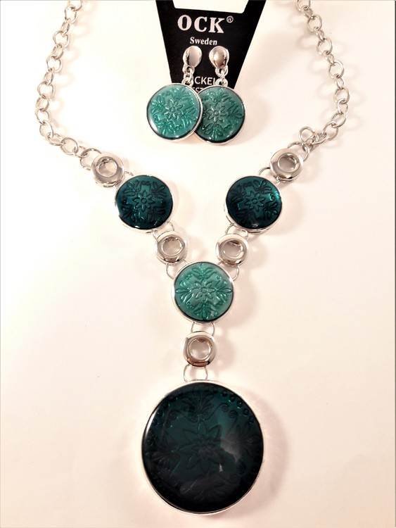 Silverfärgad halskedja med blågröna detaljer samt matchande örhängen
