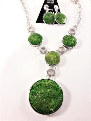 Silverfärgad halskedja med gröna detaljer samt matchande örhängen