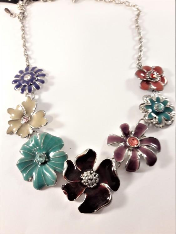 Halsband silverfärg med detaljrika blommor i olika färger