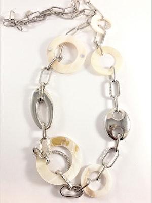 Halsband med rhodium, snäckskalsringar och länkar i silverfärg