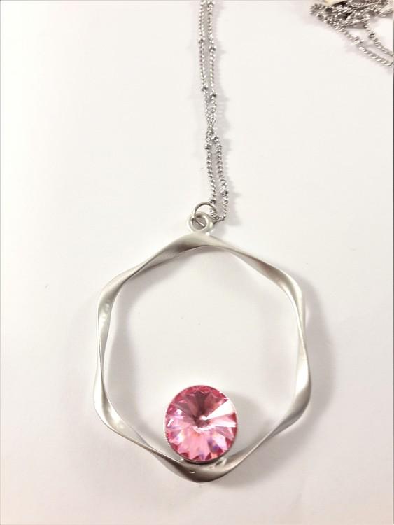 Halsband med hängsmycke i silverfärg med rosa sten