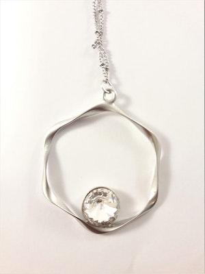 Halsband med hängsmycke i silverfärg med vit sten
