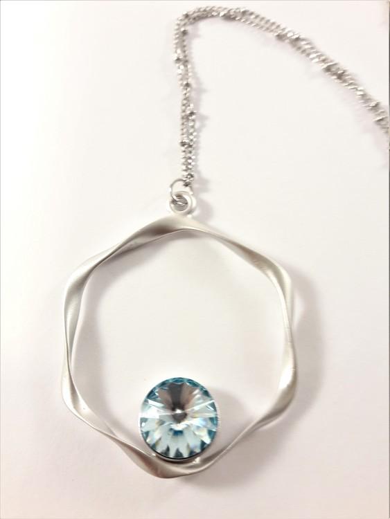 Halsband med hängsmycke i silverfärg med blå sten