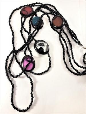 Långt flerradigt halsband i svart med träplattor