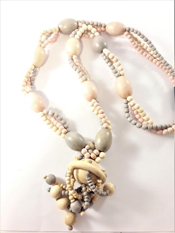 Halsband med flera rader och stenar
