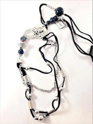 Halsband med många fina detaljer i silverfärg och blått