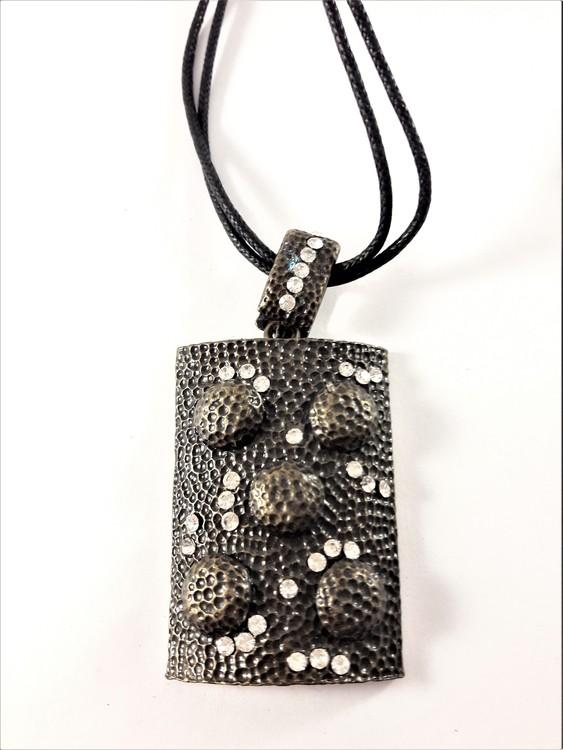 Halsband med dekorerad platta med strass i mörk färg