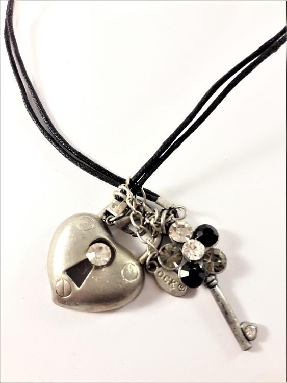 Halsband med hjärta som lås och nyckel med glittrande stenar