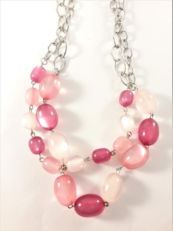 Tvåradigt halsband med dekorationer i rosa toner