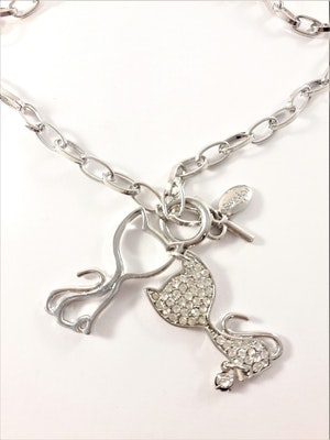 Halsband med kattberlocker i silverfärg