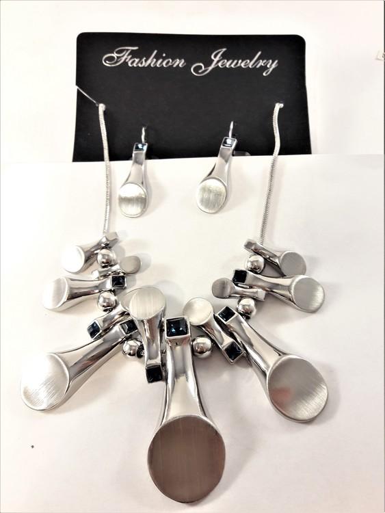 Dekorativt och vackert silverfärgat lyxhalsband och örhängen med stenar i blått