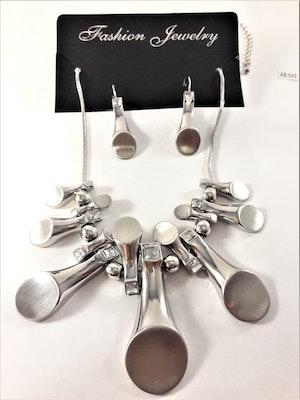 Dekorativt och vackert silverfärgat lyxhalsband och örhängen med stenar i vitt