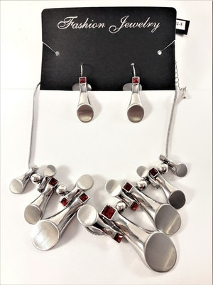 Dekorativt och vackert silverfärgat lyxhalsband och örhängen med stenar i rött
