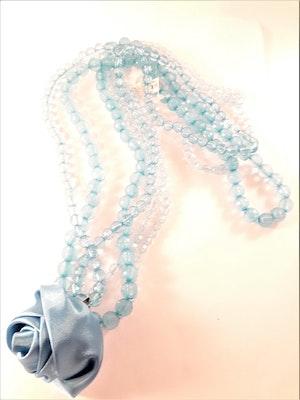 Halsband blå med flerradiga plastpärlor och ros som dekoration