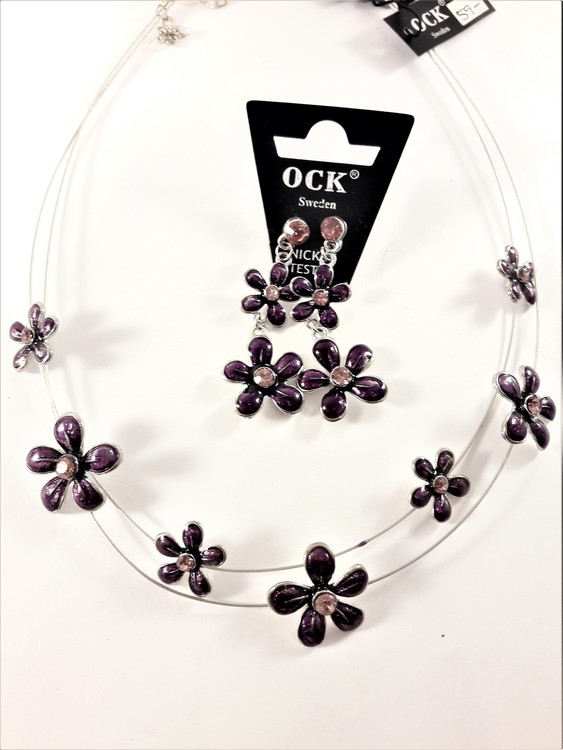 Halsband med lila blommor samt matchande örhängen
