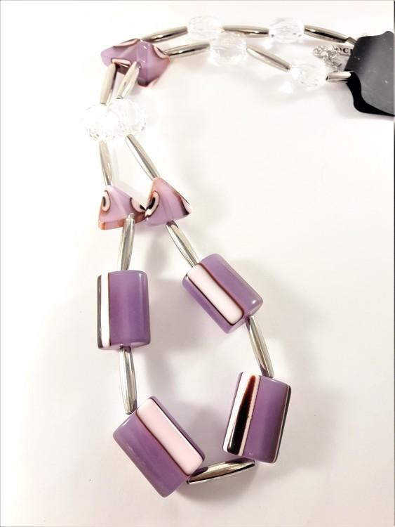 Kul halsband med stora detaljer i lila och silverfärg