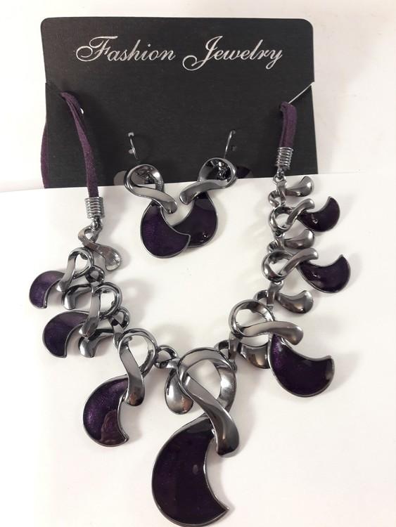 Dekorativt och vackert lyxhalsband och örhängen i lila
