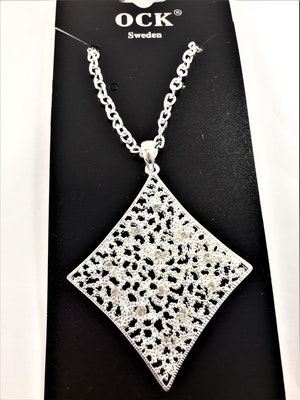 Halsband med snyggt och dekorativt hänge i silverfärg